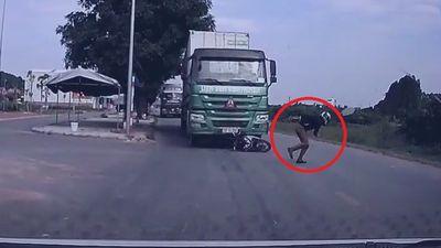Thanh niên nhảy khỏi xe máy, thoát chết ngoạn mục trước đầu xe tải