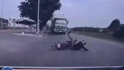 Clip thanh niên đấu đầu xe tải và 7 giây 'thần chết ngủ quên' nóng nhất MXH