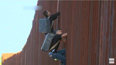 Thót tim khoảnh khắc người tị nạn trèo qua bức tường biên giới Mỹ cao hàng mét