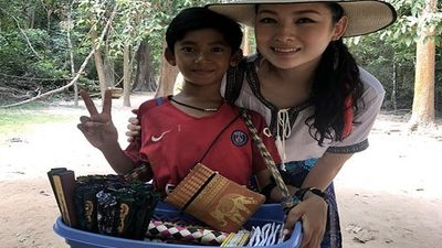 Cậu bé bán hàng rong Campuchia gây ấn tượng bằng clip 'bắn' 10 thứ tiếng