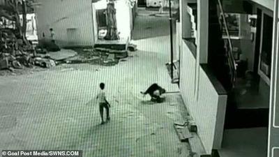 Cậu bé thoát chết ngoạn mục khi ngã từ tầng 3 xuống nhờ rơi trúng bạn mình