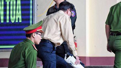 Cựu trung tướng Phan Văn Vĩnh rời phòng xử án vì bị tăng huyết áp