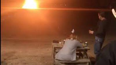 Ăn mừng ly hôn, người phụ nữ dùng súng trường và bom nổ tung váy cưới