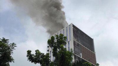 Clip: Cháy lớn chung cư đang xây ở Hà Nội, cột khói bốc cao hàng chục mét