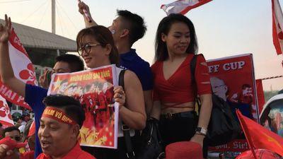 Cổ động viên bỏ chục triệu để đến cổ vũ đội tuyển Việt Nam