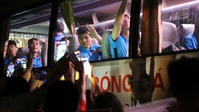 Cổ động viên vây kín HLV Park và các cầu thủ khi ra về