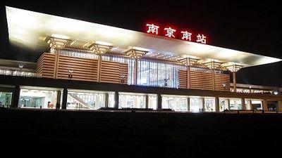 Cô gái Trung Quốc suýt bị tàu hỏa cán qua vì 'đùa với bạn trai'