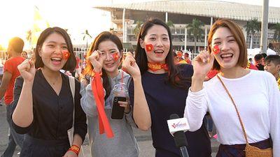 Những cô gái Hàn Quốc mang cờ đỏ sao vàng cổ vũ đội tuyển VN ở Mỹ Đình
