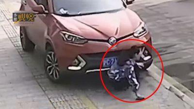 Mải mê dùng điện thoại, cô gái bị ô tô chèn qua người suýt mất mạng