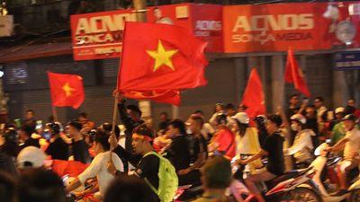 Phố phường Hà Nội rực rỡ cờ hoa ăn mừng chiến thắng đội tuyển Việt Nam