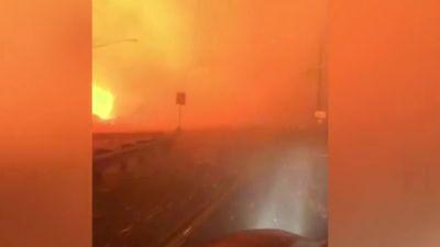 Người phụ nữ lao ô tô qua biển lửa thoát thân như phim