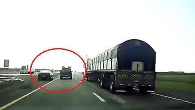 Ôtô gây tai nạn liên hoàn khi tạt đầu vượt ẩu
