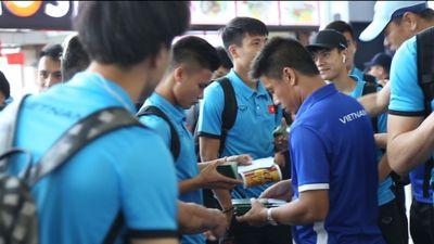 ĐTVN gấp rút làm thủ tục tại sân bay di chuyển sang Myanmar
