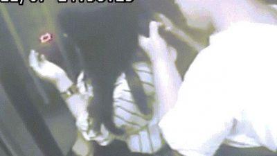 Kẻ biến thái đứng sau cô gái, cho tóc vào mồm gặm
