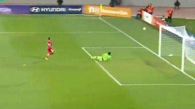 Khó tin: Thủ môn ghi bàn thắng để đời nhờ tài phát bóng mạnh 'thần sầu'