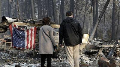 Hình ảnh Tổng thống Trump ngậm ngùi thị sát nơi cháy rừng hoang tàn