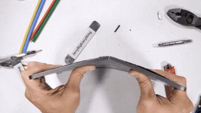 iPad Pro mới bị bẻ làm đôi bằng tay gây sốc