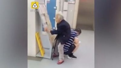 Xúc động cảnh con trai lấy thân mình làm ghế cho mẹ già ngồi