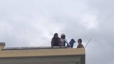 Vất vả giải cứu thanh niên 'ngồi chơi' trên nóc kho bạc
