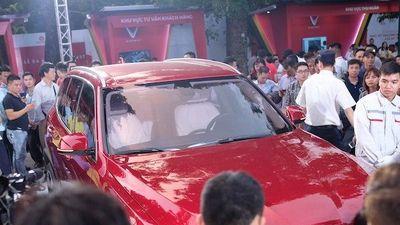 'Biển người' đổ xô đi xem xe VinFast ở Hà Nội