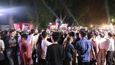 Cận cảnh dòng người đông nghịt đổ về công viên Thống Nhất chiêm ngưỡng 'siêu phẩm' VinFast
