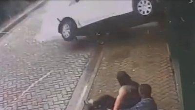 Clip ghi lại khoảnh khắc cặp đôi thoát chết trong gang tấc