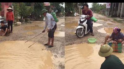 Clip người dân đổ ra đường bắt cá sau trận mưa lớn ở Nghệ An