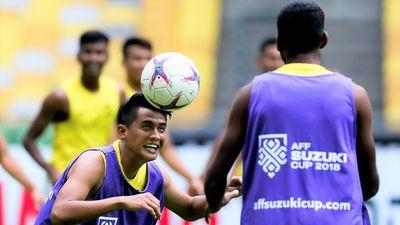 Tuyển Malaysia thư giãn bằng bài tập ném bóng trước trận chung kết