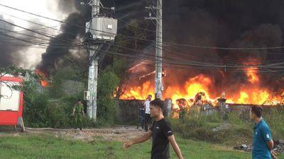Cháy dữ dội 3 nhà xưởng ở Bình Chánh, hàng trăm cảnh sát PCCC dập lửa