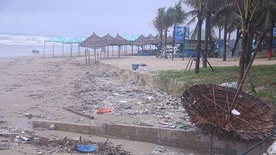 Biển Đà Nẵng ngập rác, tan hoang sau trận mưa lịch sử