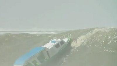Clip: 'Sốc' khi chứng kiến thuyền bị nghiền nát bởi con sóng khổng lồ