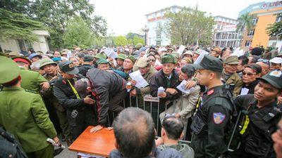 Người hâm mộ chen lấn xô đẩy để đăng ký mua vé theo diện đặc cách