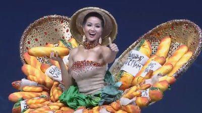 H'Hen Niê rạng rỡ trình diễn váy bánh mì ở Hoa hậu Hoàn vũ 2018