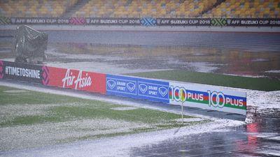 Mặt sân Bukit Jalil 80.000 chỗ ngồi ướt sũng trong cơn mưa lớn