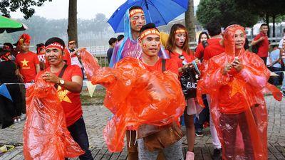 CĐV Việt Nam xoay xở nhanh chóng khi gặp mưa nặng hạt ở Malaysia