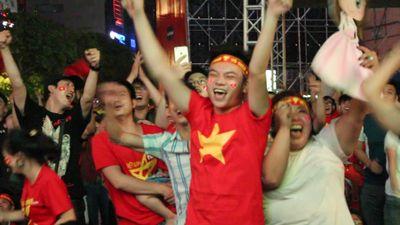 Phố đi bộ Nguyễn Huệ nổ tung sau 2 bàn thắng liên tiếp của Việt Nam