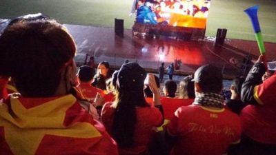 Mặc mưa lạnh, CĐV vẫn tụ tập về sân Hàng Đẫy cổ vũ đội Việt Nam