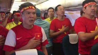 CĐV Việt Nam hào hùng hát quốc ca trên máy bay sang Malaysia