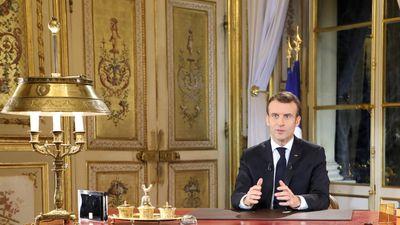 Tổng thống Macron nhượng bộ trước tình trạng bạo lực