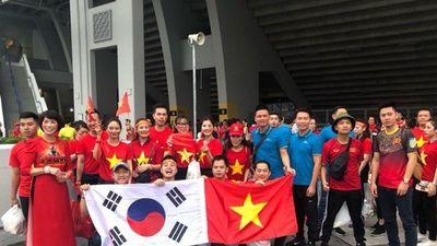 Mưa đã tạnh tại 'chảo lửa' Bukit Jalil, hàng nghìn CĐV Việt Nam đã có mặt tại sân