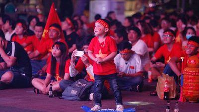 Hàng triệu cổ động viên cả nước đổ ra đường từ rất sớm cuồng nhiệt cổ vũ cho đội tuyển Việt Nam trong trận chung kết lượt đi