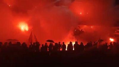 Clip: Tuyển Việt Nam dẫn trước 2-0, sân Lạch Tray rực cháy pháo sáng