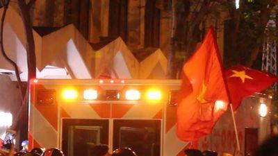 Nửa đêm, xe cứu thương kẹt giữa dòng người 'đi bão' ở Sài Gòn