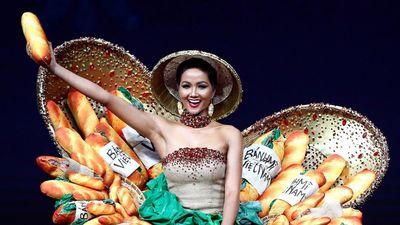 Váy bánh mì của H'Hen Niê mặc ở Hoa hậu Hoàn vũ nổi bật trên báo Mỹ