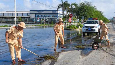 Cảnh sát giao thông cùng dân Quảng Nam dọn vệ sinh sau lũ