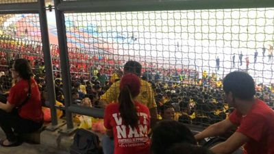 Á hậu Lệ Hằng liều xông vào ngồi giữa cổ động viên Malaysia: Cái kết bất ngờ