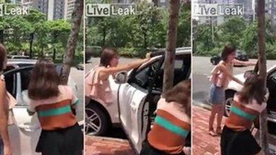 Phì cười chứng kiến 2 cô gái loay hoay đóng cửa ô tô