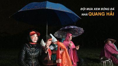 Xóm làng đội mưa xem bóng đá ở nhà Nguyễn Quang Hải