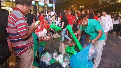Chung kết AFF CUP: Hành động đẹp của người hâm mộ dọn rác phố đi bộ Nguyễn Huệ