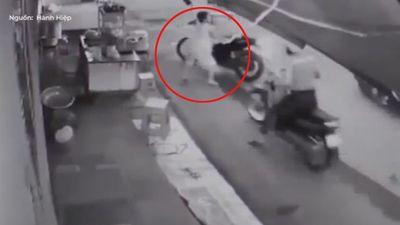 Bị người phụ nữ bán nước lao ra ngăn cản, 2 tên cướp bỏ xe máy chạy trối chết
